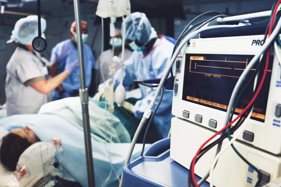 sala de operações com material hospitalar
