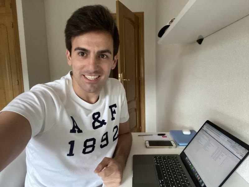 Fernando Alonso trabajando desde su casa